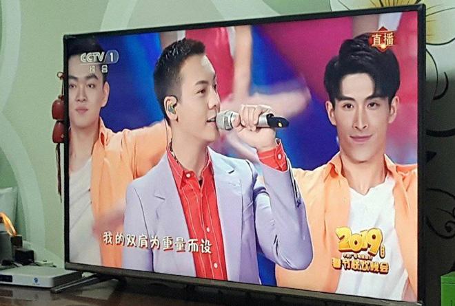 Màn cướp spotlight đỉnh nhất sóng truyền hình Chào xuân: Trần Vỹ Đình lu mờ hoàn toàn trước 2 nam dancer tình bể bình - Hình 3