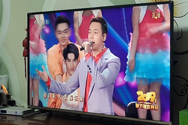 Màn cướp spotlight đỉnh nhất sóng truyền hình Chào xuân: Trần Vỹ Đình lu mờ hoàn toàn trước 2 nam dancer tình bể bình - Hình 4
