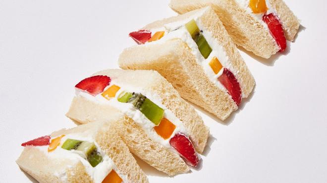 Giờ mới để ý, hoá ra người Nhật Bản thích cho trái cây tươi vào các loại bánh ngọt như thế này - Hình 1