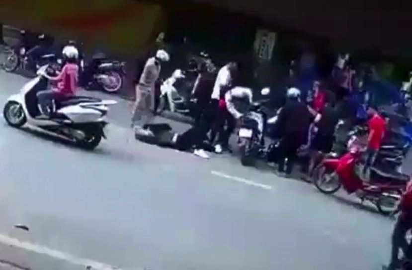 Dừng xe giữa đường nghe điên thoại, người phụ nữ đã gây ra vụ tai nạn nghiêm trọng - Hình 3