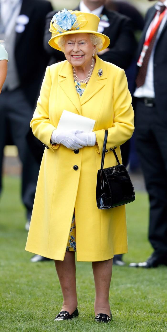 Ở tuổi 93, Nữ hoàng Anh diện trang phục màu cam rực rỡ vẫn đẹp và sang chảnh hết phần thiên hạ - Hình 7