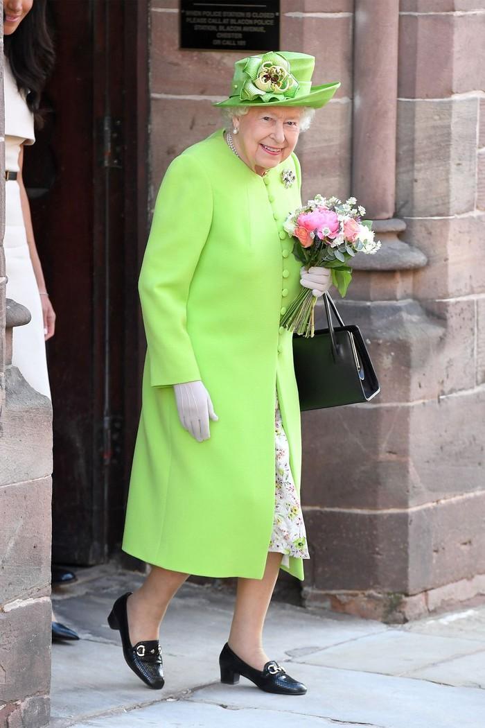Ở tuổi 93, Nữ hoàng Anh diện trang phục màu cam rực rỡ vẫn đẹp và sang chảnh hết phần thiên hạ - Hình 8