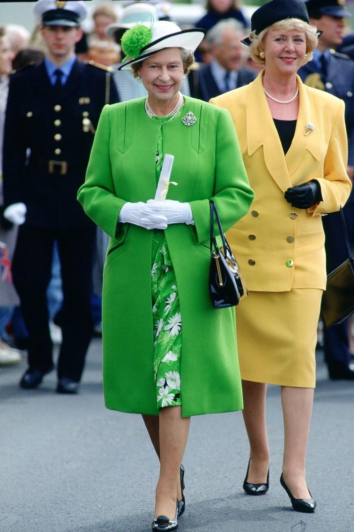 Ở tuổi 93, Nữ hoàng Anh diện trang phục màu cam rực rỡ vẫn đẹp và sang chảnh hết phần thiên hạ - Hình 9