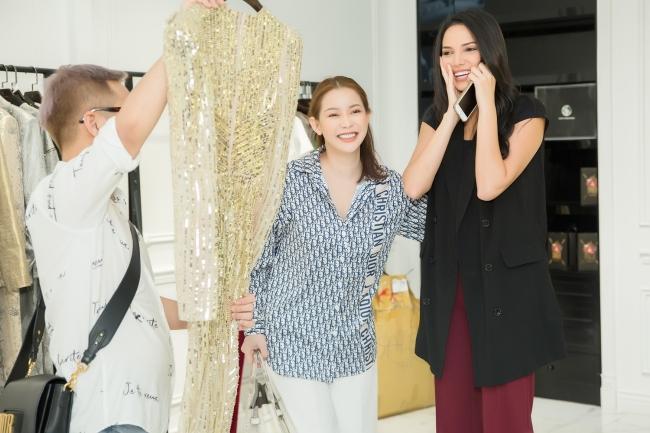 Hoa hậu Siêu quốc gia 2018 hào hứng thử váy của nhà thiết kế Việt - Hình 4