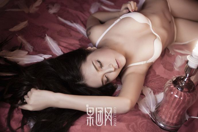 Lạnh lùng và gợi cảm theo phong cách rất riêng của Zhu Ying - Người đẹp