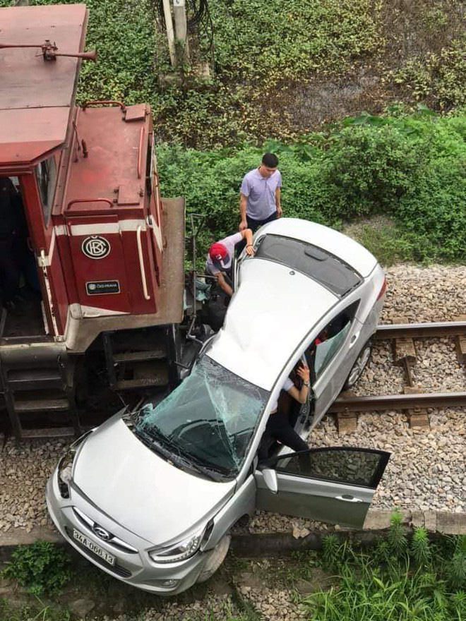 Cận cảnh khoảnh khắc tàu hỏa đâm ngang ô tô, kéo lê gần trăm mét - Hình 1