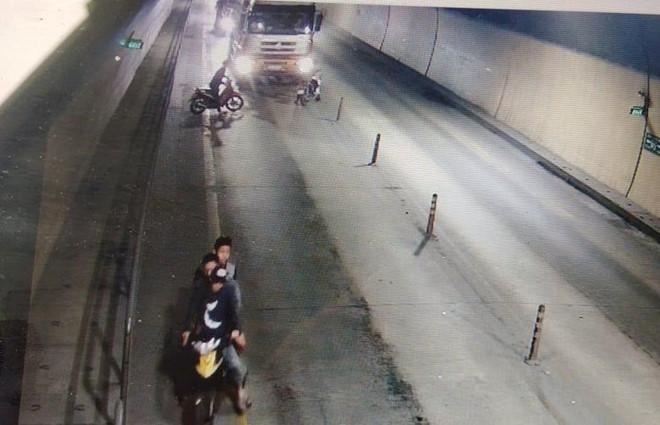 Nhóm thanh niên cầm rựa chặn đầu ôtô tải trong hầm Phước Tượng - Hình 1