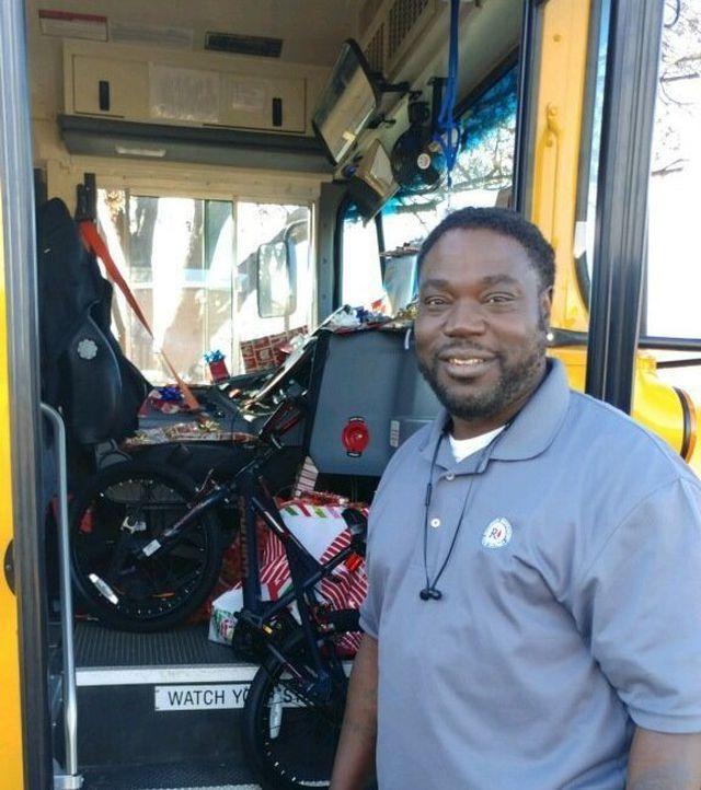 Những món quà nhỏ đầy ý nghĩa của người lái xe buýt trường học - Hình 1