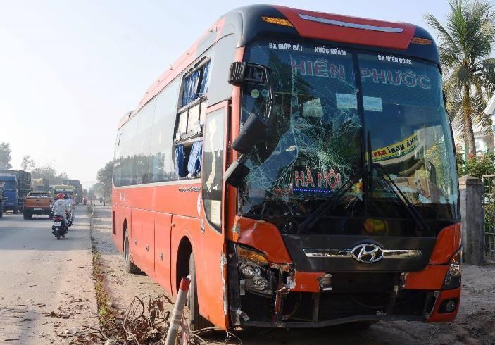 Xe khách mất lái lao như điên vào xe buýt dừng đón học sinh - Hình 2