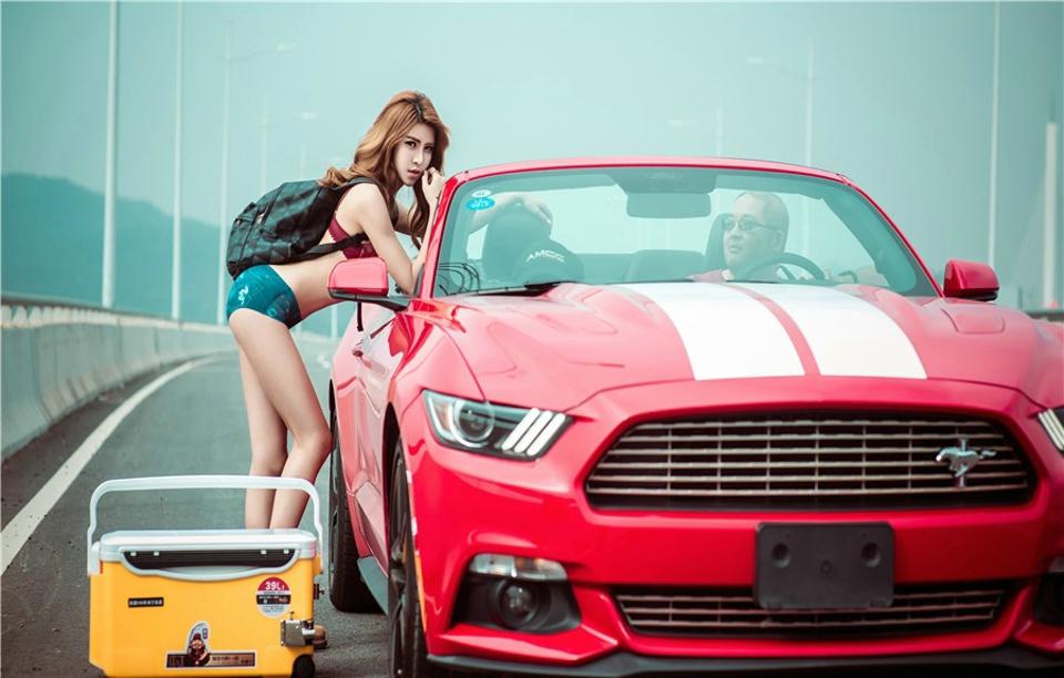 Hot girl thản nhiên diện đồ chíp gợi cảm để xin đi nhờ xe Ford Mustang - Hình 4