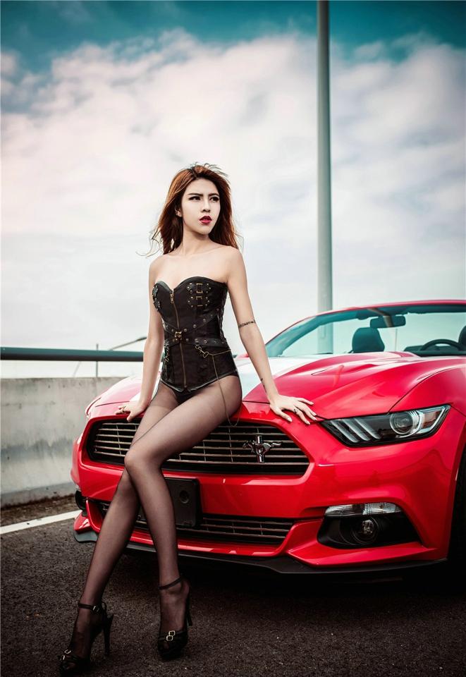 Hot girl thản nhiên diện đồ chíp gợi cảm để xin đi nhờ xe Ford Mustang - Hình 15