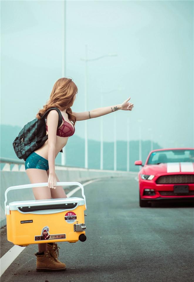 Hot girl thản nhiên diện đồ chíp gợi cảm để xin đi nhờ xe Ford Mustang - Hình 5
