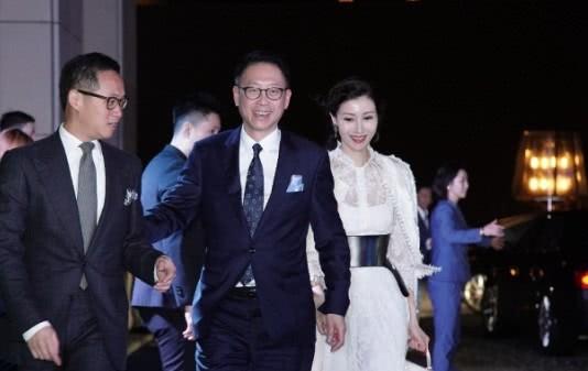 Sự kiện quy tụ giới siêu giàu Hong Kong: Tiểu tam Hoa hậu Lý Gia Hân e lệ bên đại gia, chạm trán vợ cũ của chồng cùng tham dự - Hình 1