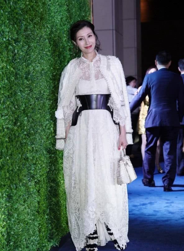 Sự kiện quy tụ giới siêu giàu Hong Kong: Tiểu tam Hoa hậu Lý Gia Hân e lệ bên đại gia, chạm trán vợ cũ của chồng cùng tham dự - Hình 2