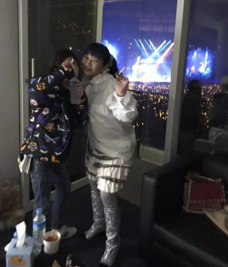 Cuộc sống thượng hạng của nữ kim chủ chống lưng Seungri: Dát hàng hiệu lên người, không tiếc tiền theo chân G-Dragon - Hình 10