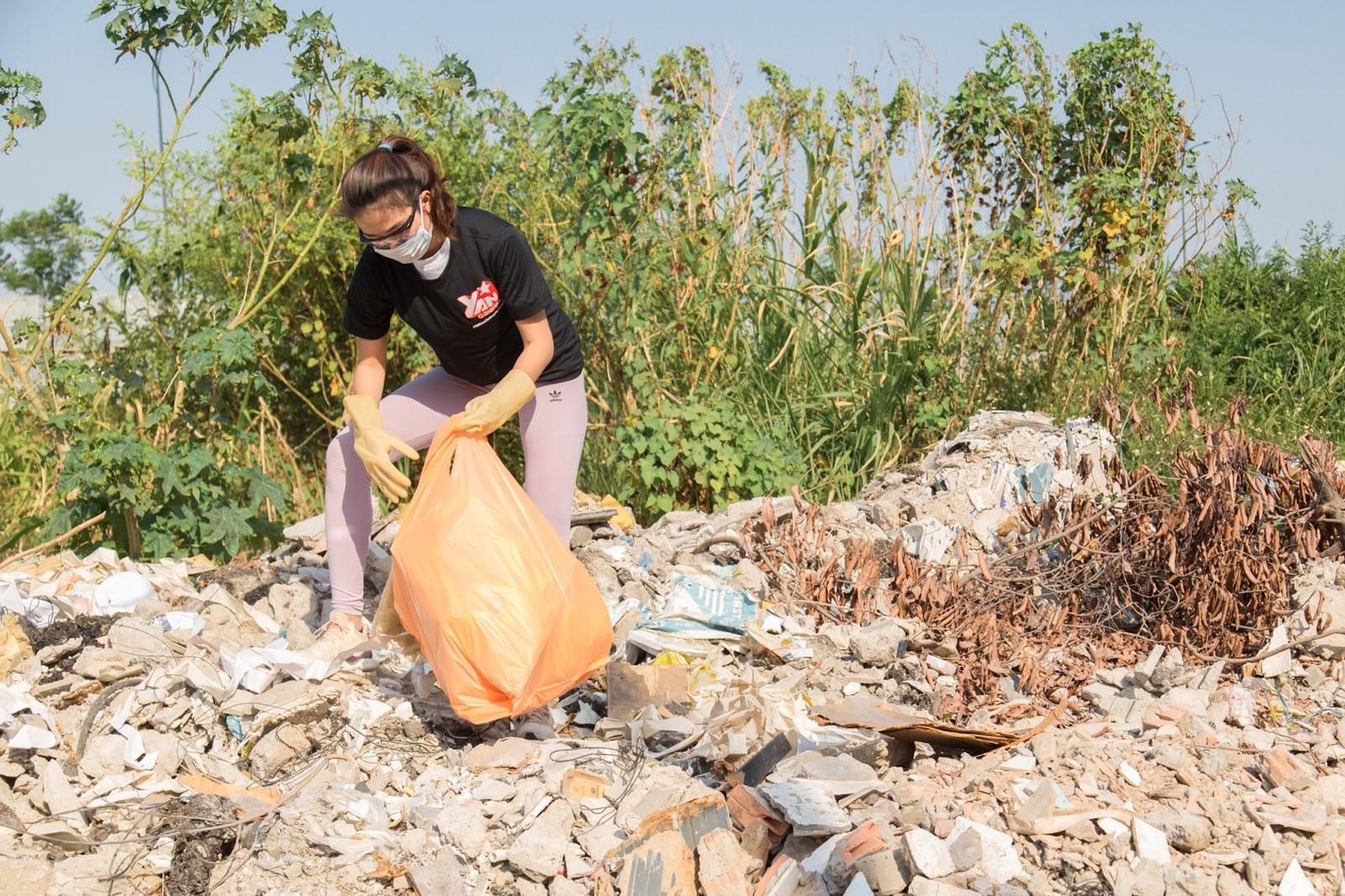 Rớt nước mắt khi thấy H'Hen Niê quần áo lấm lem, người đầy bụi đất dọn bãi rác kinh hoàng dưới cầu Thủ Thiêm - Hình 12
