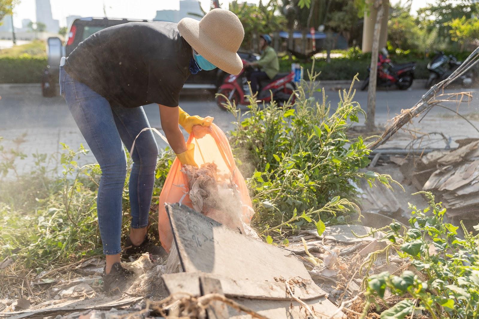 Rớt nước mắt khi thấy H'Hen Niê quần áo lấm lem, người đầy bụi đất dọn bãi rác kinh hoàng dưới cầu Thủ Thiêm - Hình 3