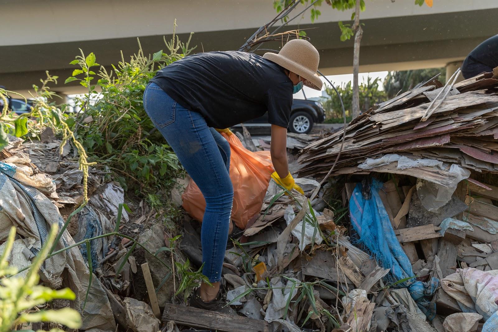 Rớt nước mắt khi thấy H'Hen Niê quần áo lấm lem, người đầy bụi đất dọn bãi rác kinh hoàng dưới cầu Thủ Thiêm - Hình 8