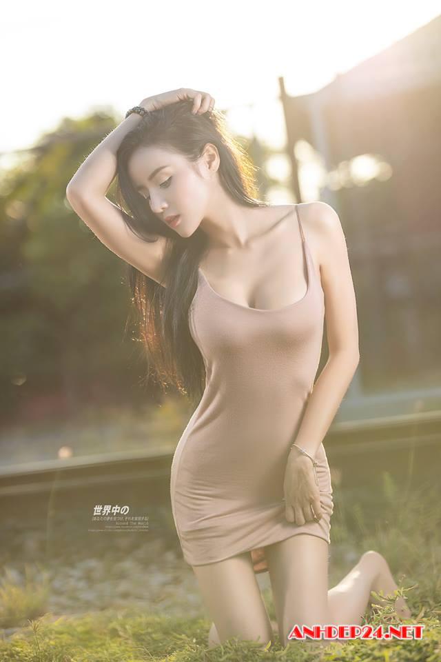 Mỹ nữ Jirat Gee khoe đường cong bốc lửa với váy ngắn siêu gợi cảm - Hình 4