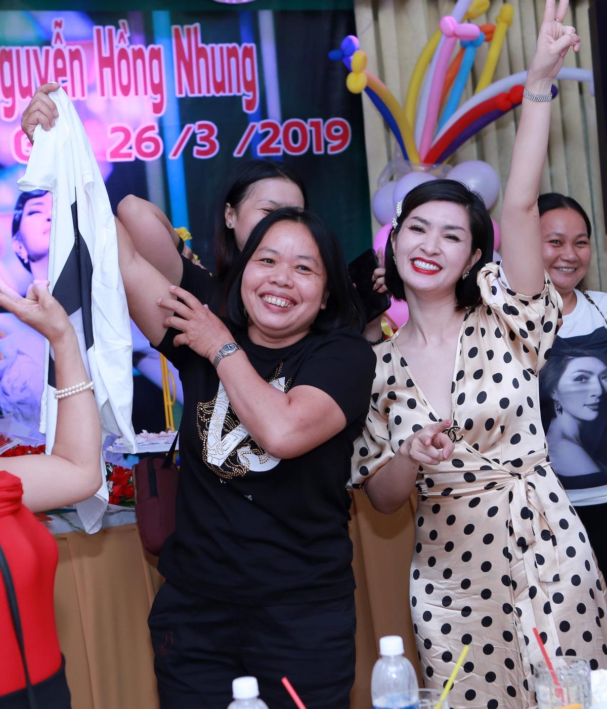 Nguyễn Hồng Nhung hạnh phúc trong vòng tay người hâm mộ tại buổi họp fans - Hình 18