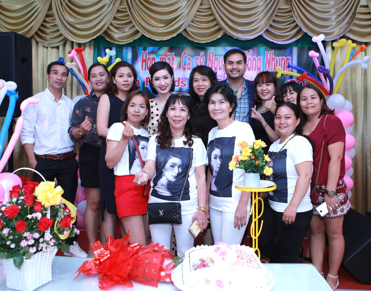 Nguyễn Hồng Nhung hạnh phúc trong vòng tay người hâm mộ tại buổi họp fans - Hình 20