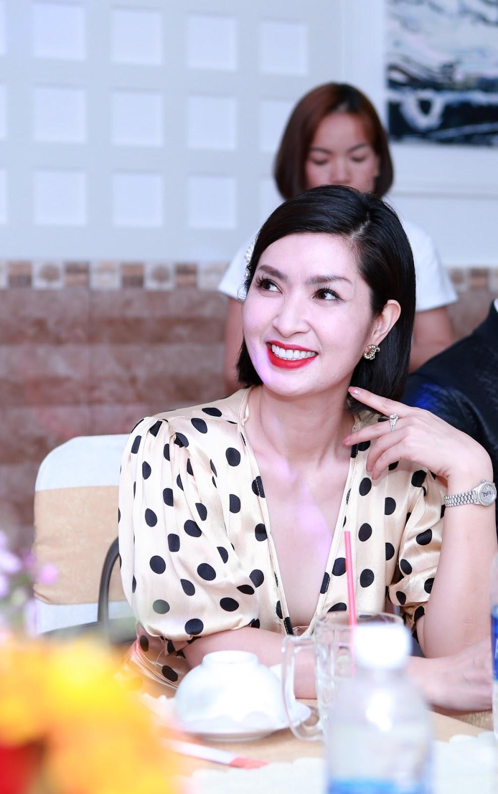 Nguyễn Hồng Nhung hạnh phúc trong vòng tay người hâm mộ tại buổi họp fans - Hình 4