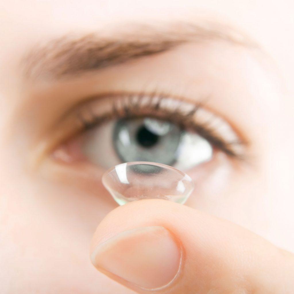 Bỏ túi bí quyết chăm sóc mắt khi đeo kính áp tròng không phải ai cũng biết - Hình 3