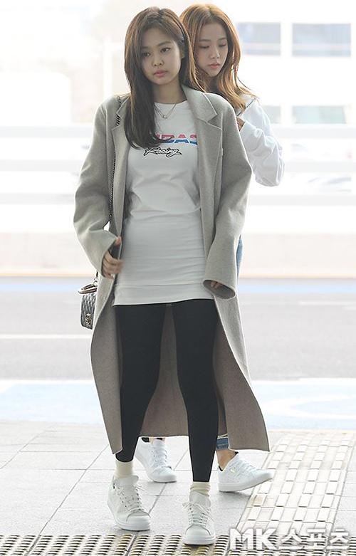 Irene, Jennie lộ khuyết điểm kém duyên ở sân bay - Hình 2