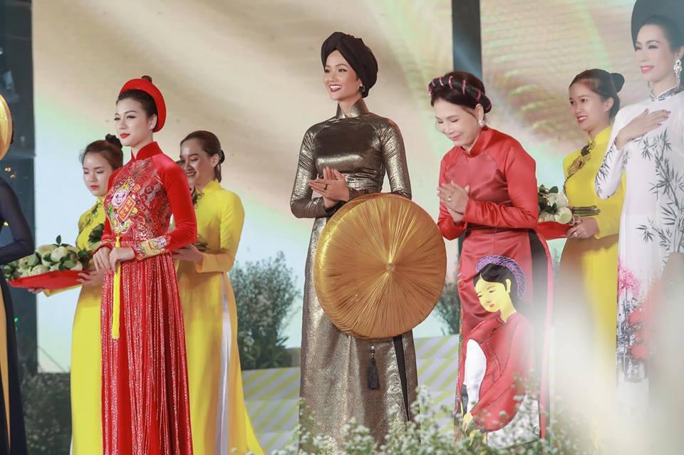 Người hâm mộ hết lời khen ngợi tạo hình của H'Hen Niê tại Lễ hội áo dài 2019 - Hình 11