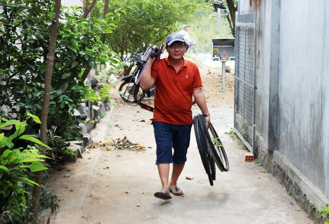 Phú Yên: Thầy giáo giữ chân học trò bằng những chiếc xe đạp cũ - Hình 1