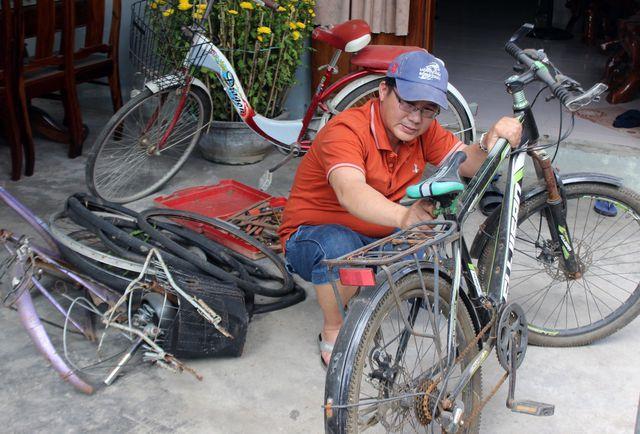 Phú Yên: Thầy giáo giữ chân học trò bằng những chiếc xe đạp cũ - Hình 2
