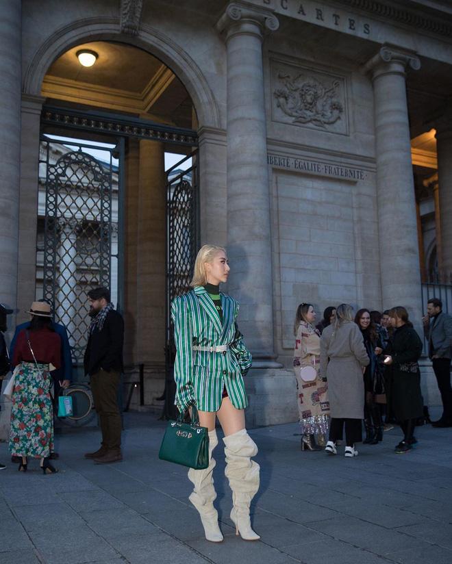 Hà Hồ phô trương ngực trần, Quỳnh Anh Shyn phải mượn áo để 'chinh chiến' street style với dàn sao quốc tế tại Paris - Hình 3