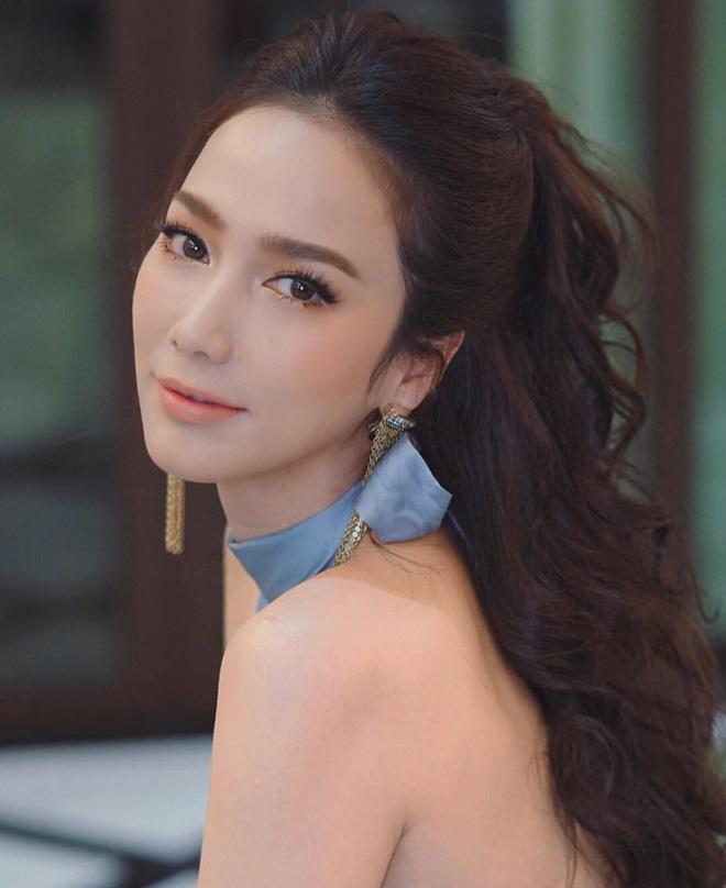 Cắt phăng tóc dài thướt tha, chị đại đẹp nhất nhì Thái Lan cho biết thế nào là đỉnh cao hack tuổi dù đã U50 - Hình 2