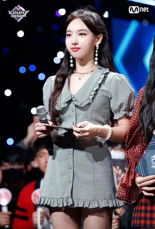 Tuyệt chiêu mặc đẹp để trông gầy hơn của sao Hàn - Hình 8