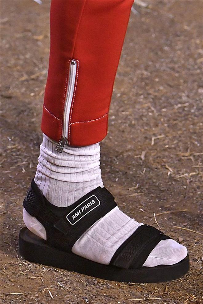 Chuyện không ai ngờ: sandal thối chân trong truyền thuyết bỗng thành hot trend, trông chất chơi lạ thường - Hình 5