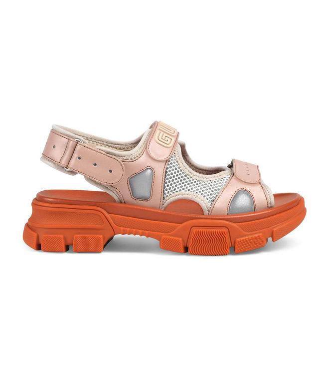 Chuyện không ai ngờ: sandal thối chân trong truyền thuyết bỗng thành hot trend, trông chất chơi lạ thường - Hình 1