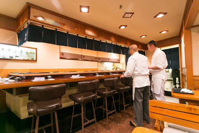 Có những nhà hàng sushi ít chỗ ngồi nhất thế giới, khiến thực khách phải chiến nhau khốc liệt hòng giành một suất - Hình 1