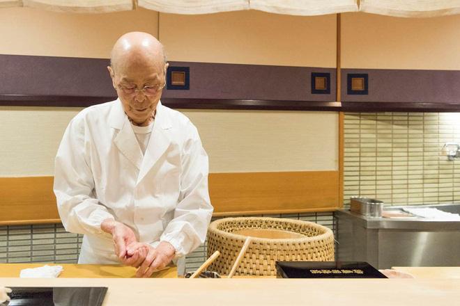 Có những nhà hàng sushi ít chỗ ngồi nhất thế giới, khiến thực khách phải chiến nhau khốc liệt hòng giành một suất - Hình 2