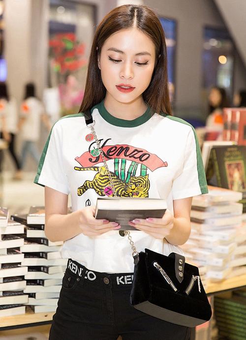 Giống Mai Phương Thúy, Hoàng Thùy Linh cũng mua đồ hiệu... về ngắm - Hình 1