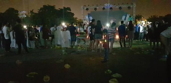 Hình ảnh rác ngập ngụa trong đêm diễn ra chương trình giờ trái đất ở Quảng Nam gây tranh cãi - Hình 2