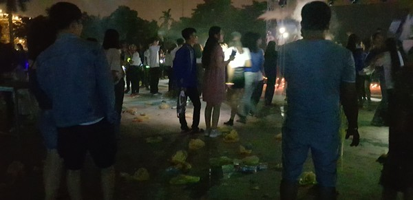 Hình ảnh rác ngập ngụa trong đêm diễn ra chương trình giờ trái đất ở Quảng Nam gây tranh cãi - Hình 3