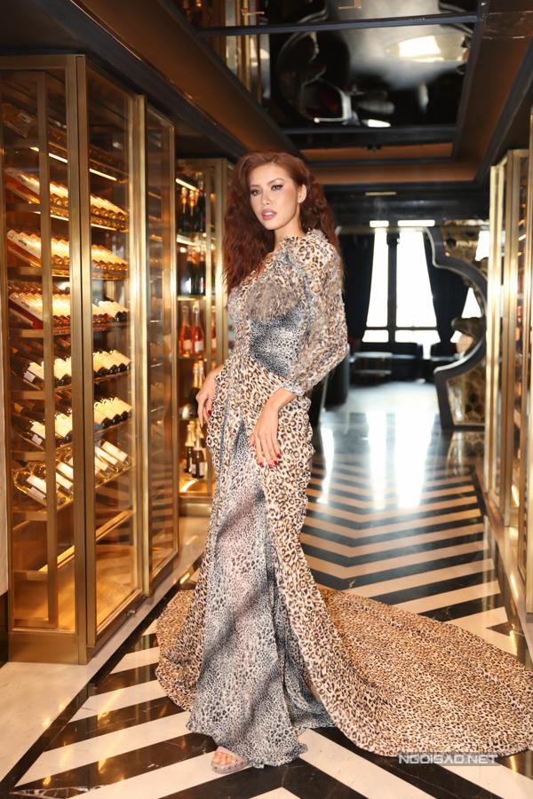 Hoa hậu Jolie Nguyễn sửa váy ngay tại event vì quá gầy - Hình 4
