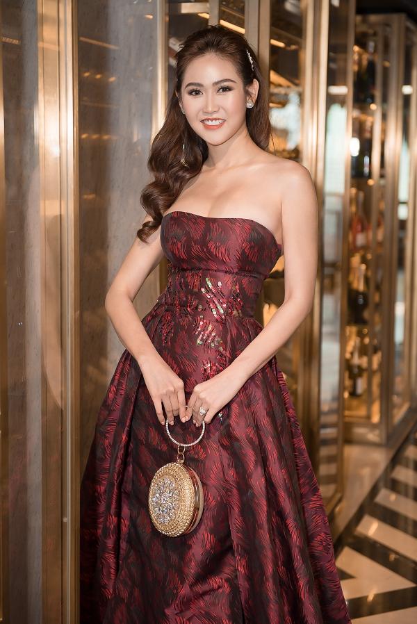 Hoa hậu Jolie Nguyễn sửa váy ngay tại event vì quá gầy - Hình 13