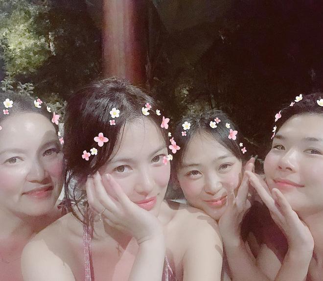 Lộ loạt ảnh siêu hot của Song Hye Kyo: Mặc bikini khoe làn da trắng nõn, còn cực thân thiết bên tiểu tam tin đồn - Hình 2