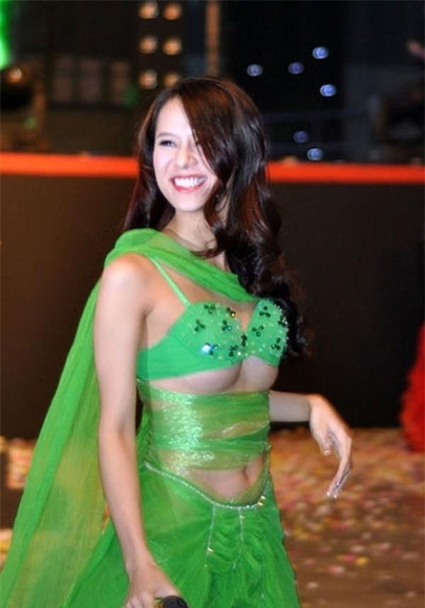 Ngán ngẩm với loạt sao Hàn-Việt bị tuột đồ nhỏ lủng lẳng trên sân khấu, vốn liếng bao nhiêu phơi bày hết! - Hình 4