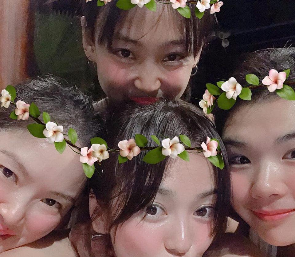 Song Hye Kyo chụp ảnh đáng yêu hết nấc bên hội bạn thân, thậm chí cả tiểu tam tin đồn cũng góp mặt - Hình 2