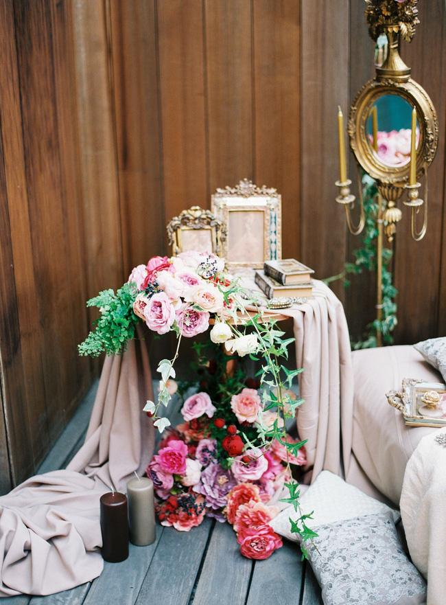 Trang trí giường cưới đẹp ngọt ngào và lãng mạn với hoa tươi - Hình 24