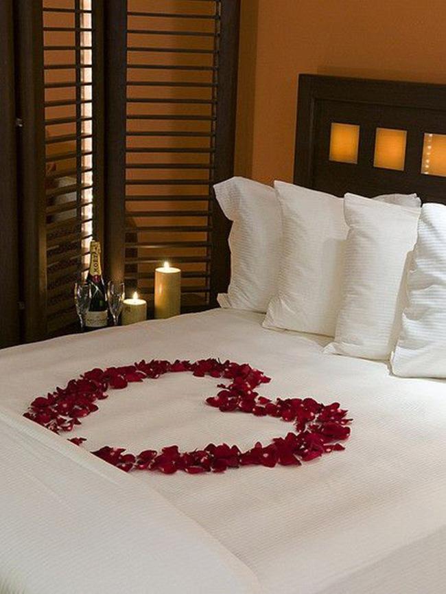 Trang trí giường cưới đẹp ngọt ngào và lãng mạn với hoa tươi - Hình 3