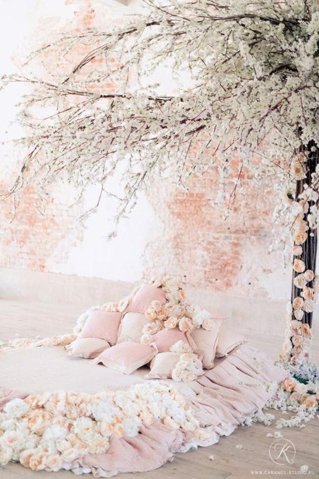 Trang trí giường cưới đẹp ngọt ngào và lãng mạn với hoa tươi - Hình 4