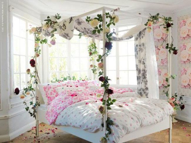 Trang trí giường cưới đẹp ngọt ngào và lãng mạn với hoa tươi - Hình 18
